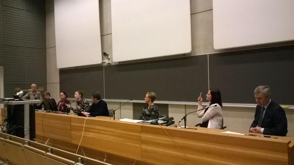 Turun panelistit: Riitta Pyykkö, Minna Arve, Li Andersson, Samran Khezri, Anne Lindholm, Elina Rantanen ja Pekka Myllymäki. Puheenjohtajana (seisomassa) Eija Suomela-Salmi.
